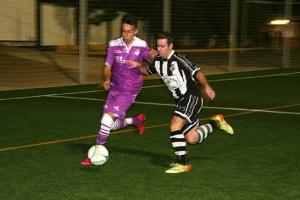 Chiqui pelea un balón ante un defensor del Jaén   Alfonso Nevado