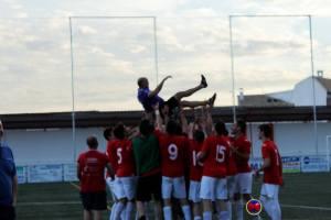 Juande Peralta manteado por los jugadores del CD Torreperogil | María Villar