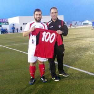 Jero posa con su camiseta de los 100 partidos | CD Hispania