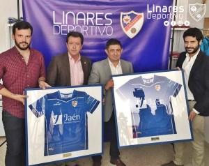 Presidente de la Diputación y Alcalde posan con las camisetas   Linares Deportivo