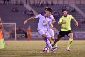 Puma controla un balón ante un jugador del Córdoba CF | http://www.bestphotosoccer.com