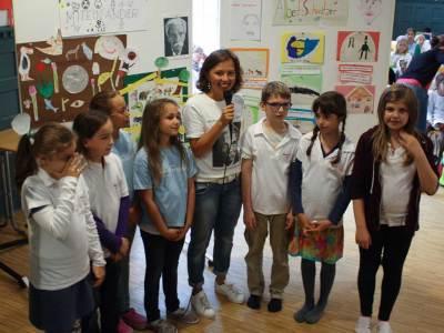 Gruppe von Schülerinnen und einer Lehrerin.