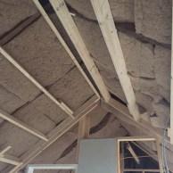 Vlaswol is onder het dak aangebracht.
