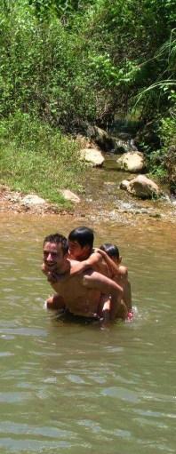 Jugant amb els nens al riu