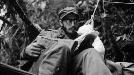 Fidel Castro in un momento di riposo sulla Sierra Madre