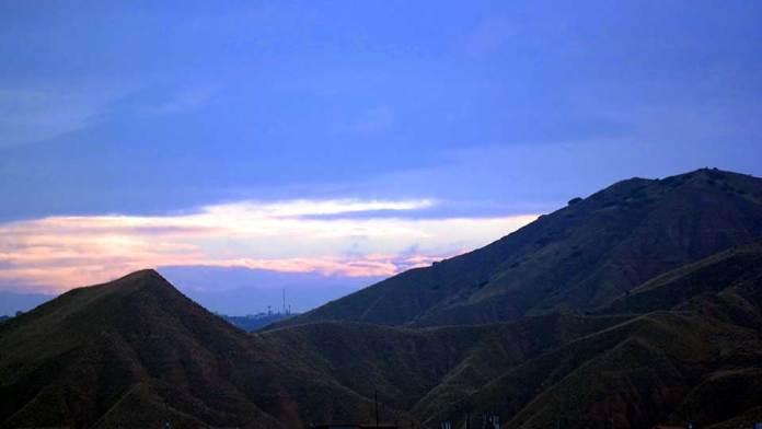 Vista de los cerros de Alcalá al amanecer