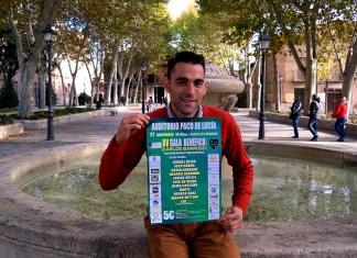 Carlos Barroso muestra el cartel del concierto