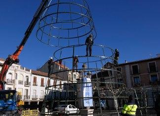 Instalando el árbol de Navidad en la Plaza de Cervantes
