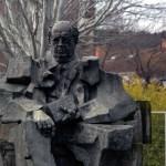 Escultura de Manuel Azaña en la Plaza de Alcorlo