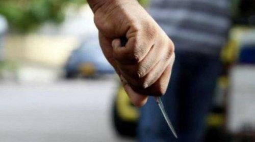 La mujer se defendió y llegó a agarrar la hoja de cuchillo con las manos hasta que, en un determinado momento, logró ponerse de pie.