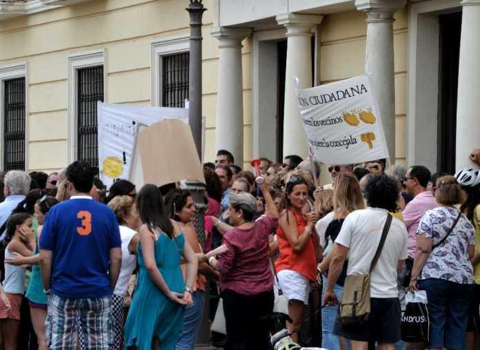 Profesores Asociados ( P.A.E.D.A. ) piden la dimisión de la concejala Laura Martín frente al ayuntamiento. Foto de Ricardo Espinosa Ibeas