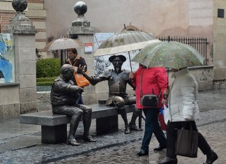 Fin de mes con paraguas
