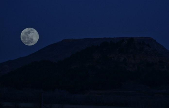 La Luna de Nieve se asoma a los cerros de Alcalá