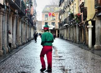 Una elfina sotea el temporal en la calle Mayor