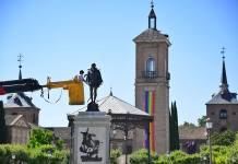 Limpiando la escultura de Cervantes
