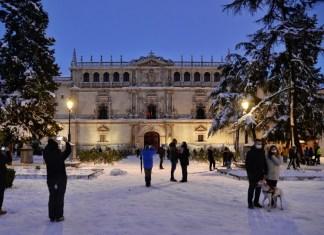 Nocturna de la nevada histórica en la Universidad Cisneriana