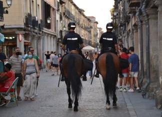 Patrulla a caballo por la Calle Mayor