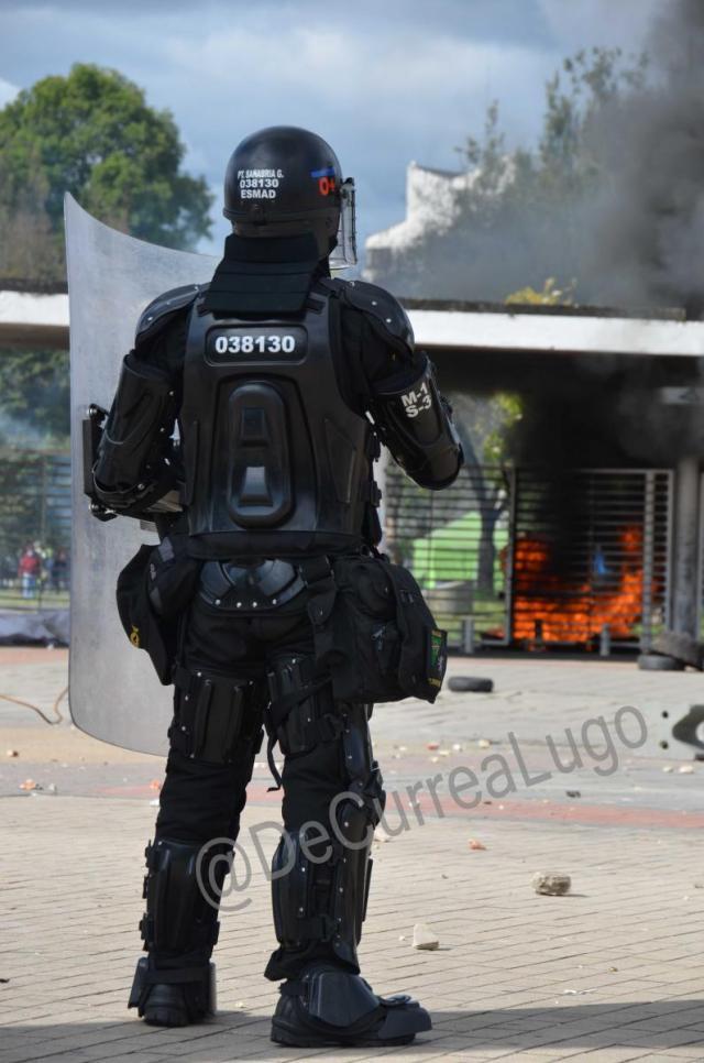 Imágenes del enfrentamiento entre el Escuadrón de la Policía ESMAD y estudiantes en la Universidad Nacional.