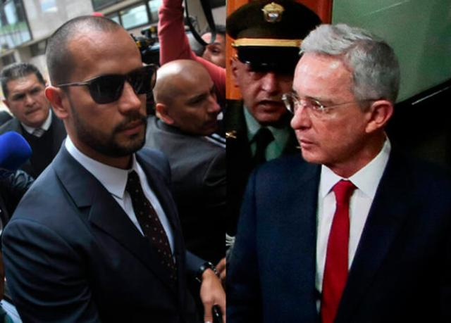 Fiscalía indaga a Diego Cadena por otros sobornos a paramilitares para favorecer al senador Uribe.