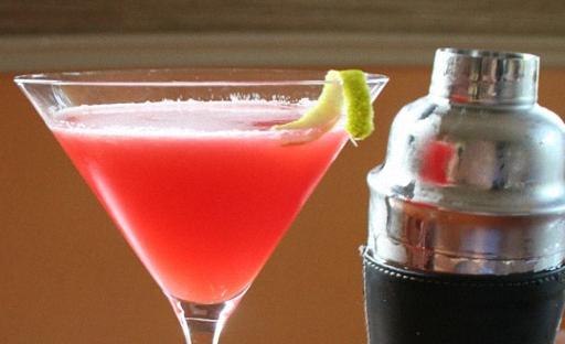 Мартини арағынан алкогольдік коктейль және шырындар