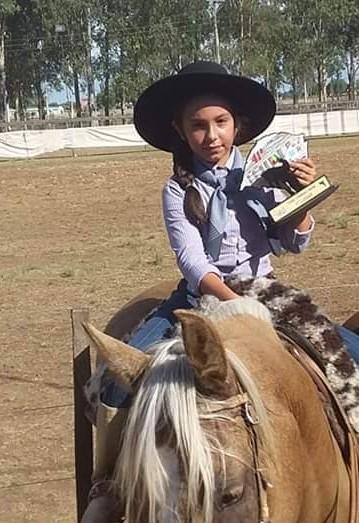 Campereada: Izadora, a campeã da prova do tonel tem apenas 7 anos