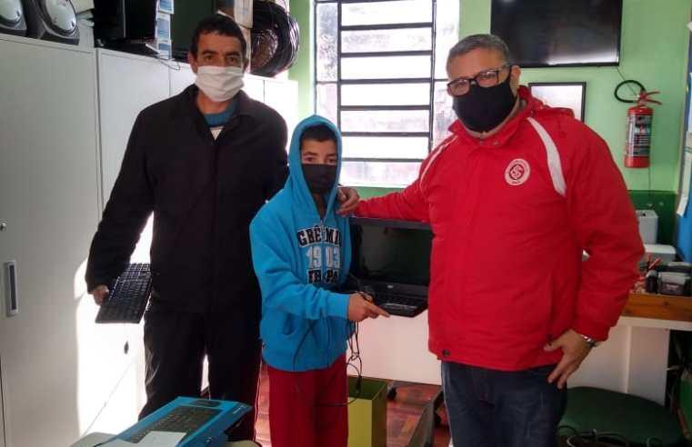 Eduardo Vargas faz campanha e consegue computadores e celulares para ajudar alunos em aulas remotas