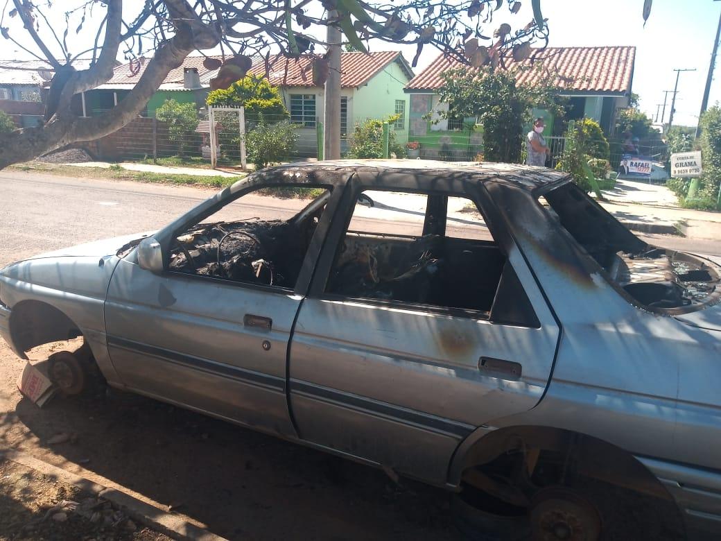 Incêndio criminoso destrói carro no Bairro Nilo Gonçalves