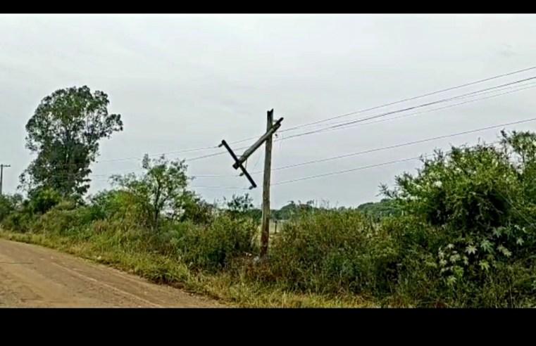 Curto-circuito atinge poste na Ibicuí e trânsito está interrompido