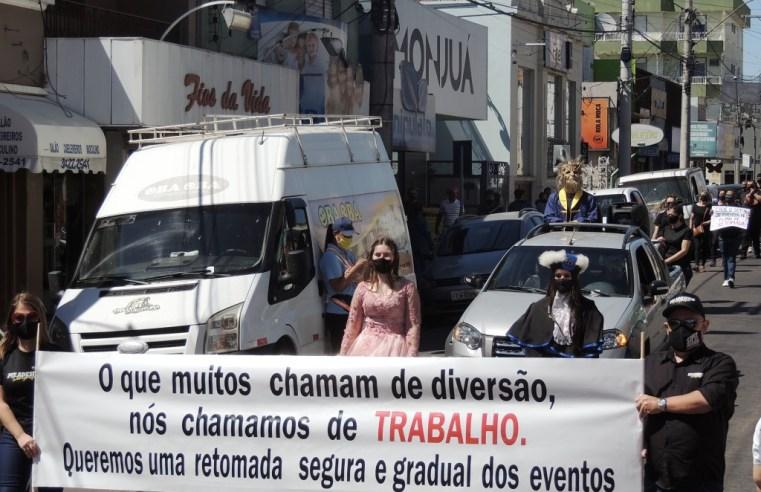 Empresários de eventos fazem caminhada pedindo retomada das atividades em Alegrete