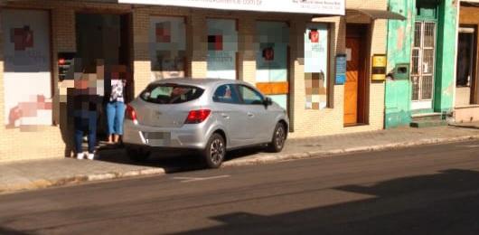 Motorista invade calçada na Rua Dos Andradas