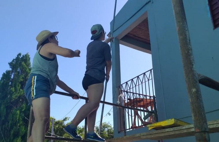 Mãe e filha, em férias do Mestrado, mostram empenho e qualidade na pintura de casa