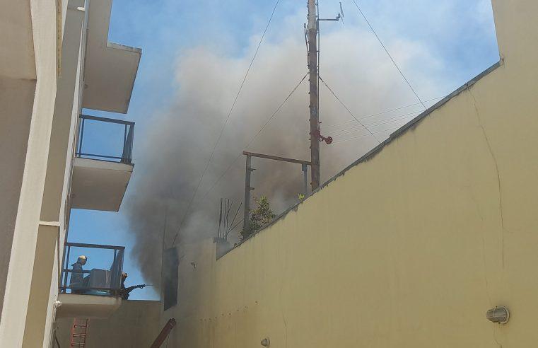 Casa do artesão Derli Chapéu Preto pega fogo pela segunda vez e chamas ameaçam residências próximas