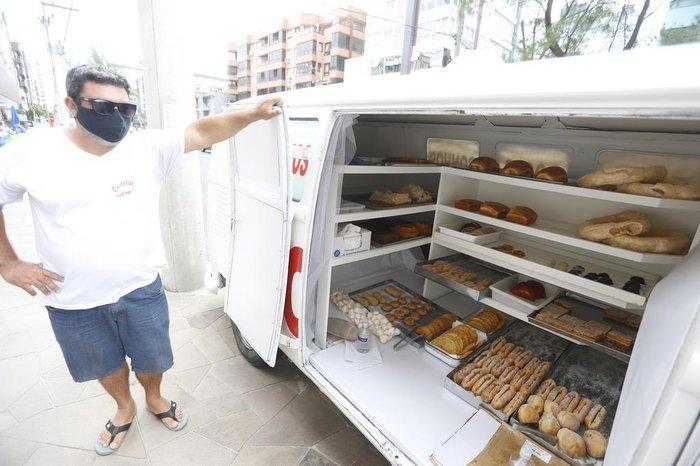 Há 30 anos, família transforma Kombis em padarias ambulantes na praia