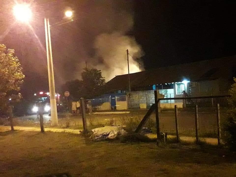 Incêndio consome casa no bairro Nilo Soares Gonçalves