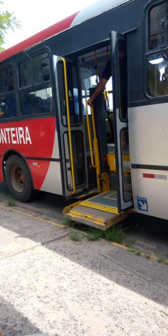 Porta de ônibus estraga, na linha Favila/Terminal, e carro é substituído