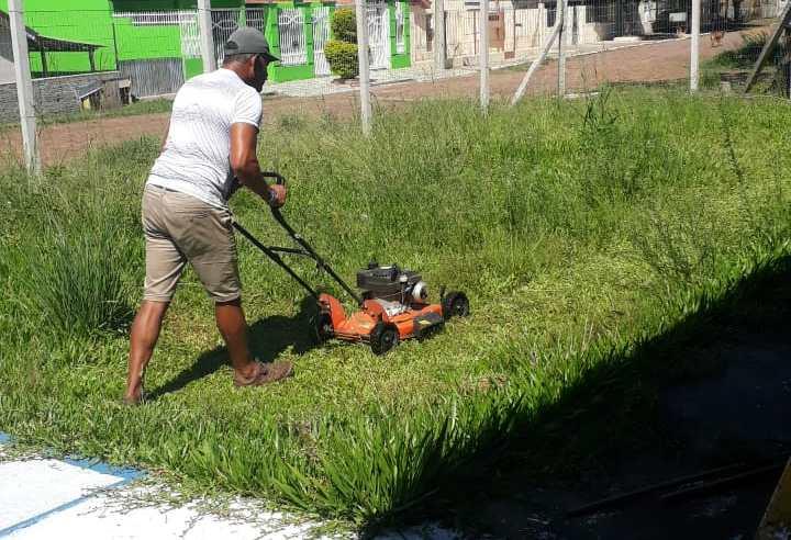 Voluntários limpam pátio do CAPS I em Alegrete