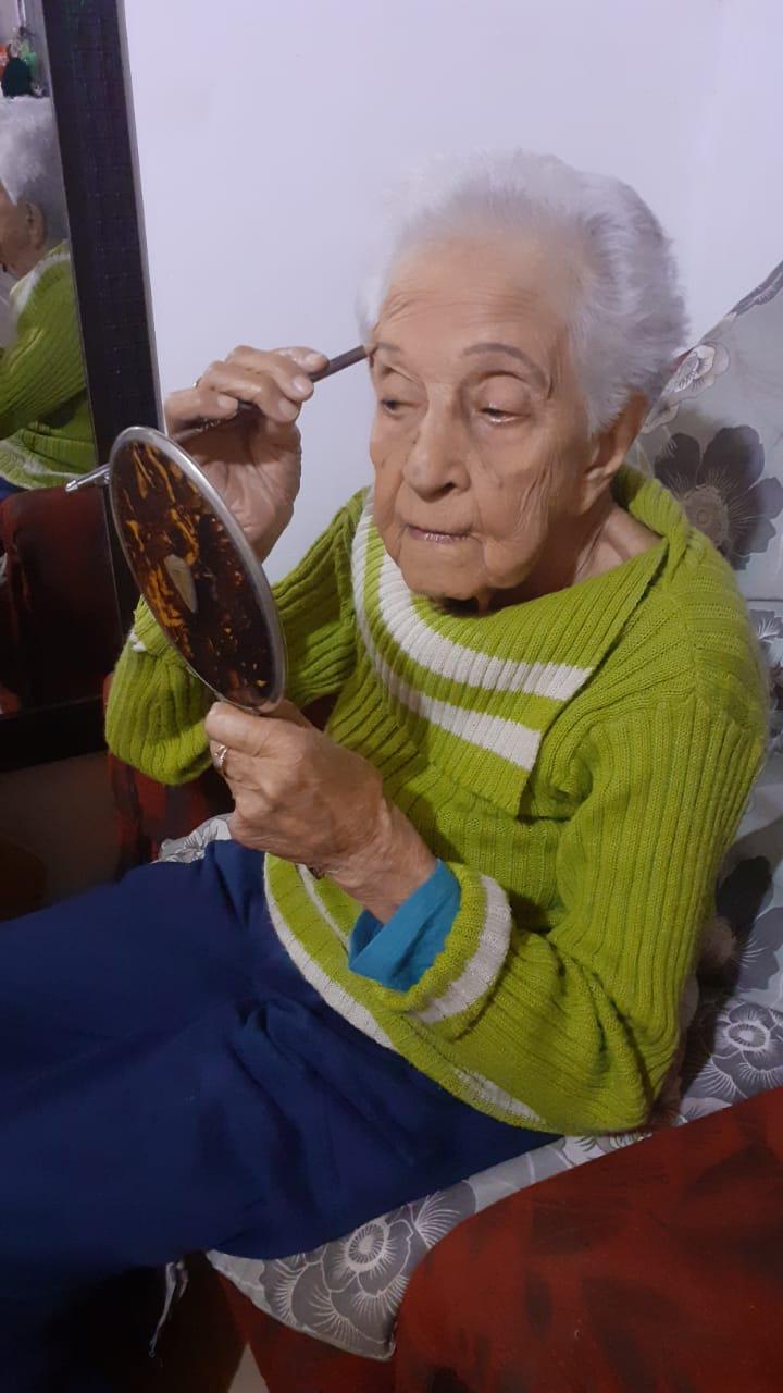 Idosa, de Alegrete, toca gaita de boca e não dispensa maquiagem aos 95 anos