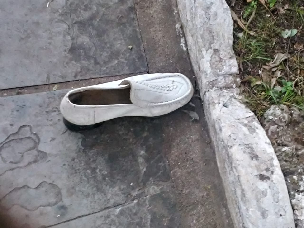 Parte dos sonhos de alguém ficou perdido com um sapato branco na Praça Getúlio Vargas