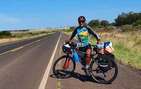 """Ciclista passa por Alegrete com projeto """"Recorrendo o Rio Grande"""", e elogia hospitalidade"""