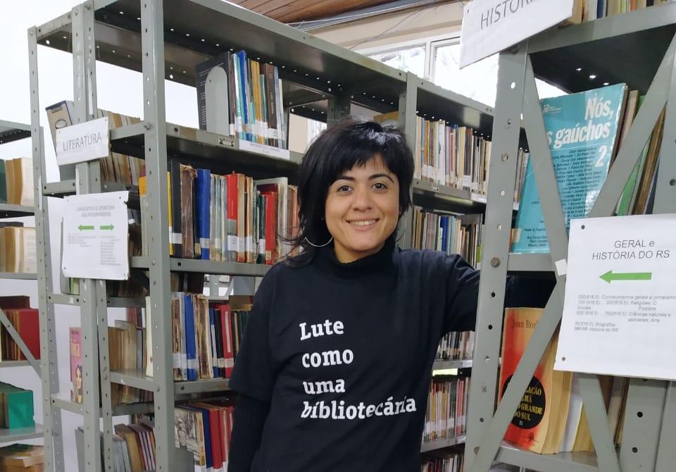 A alegretense que luta pelo crescimento e modernização da biblioteca pública