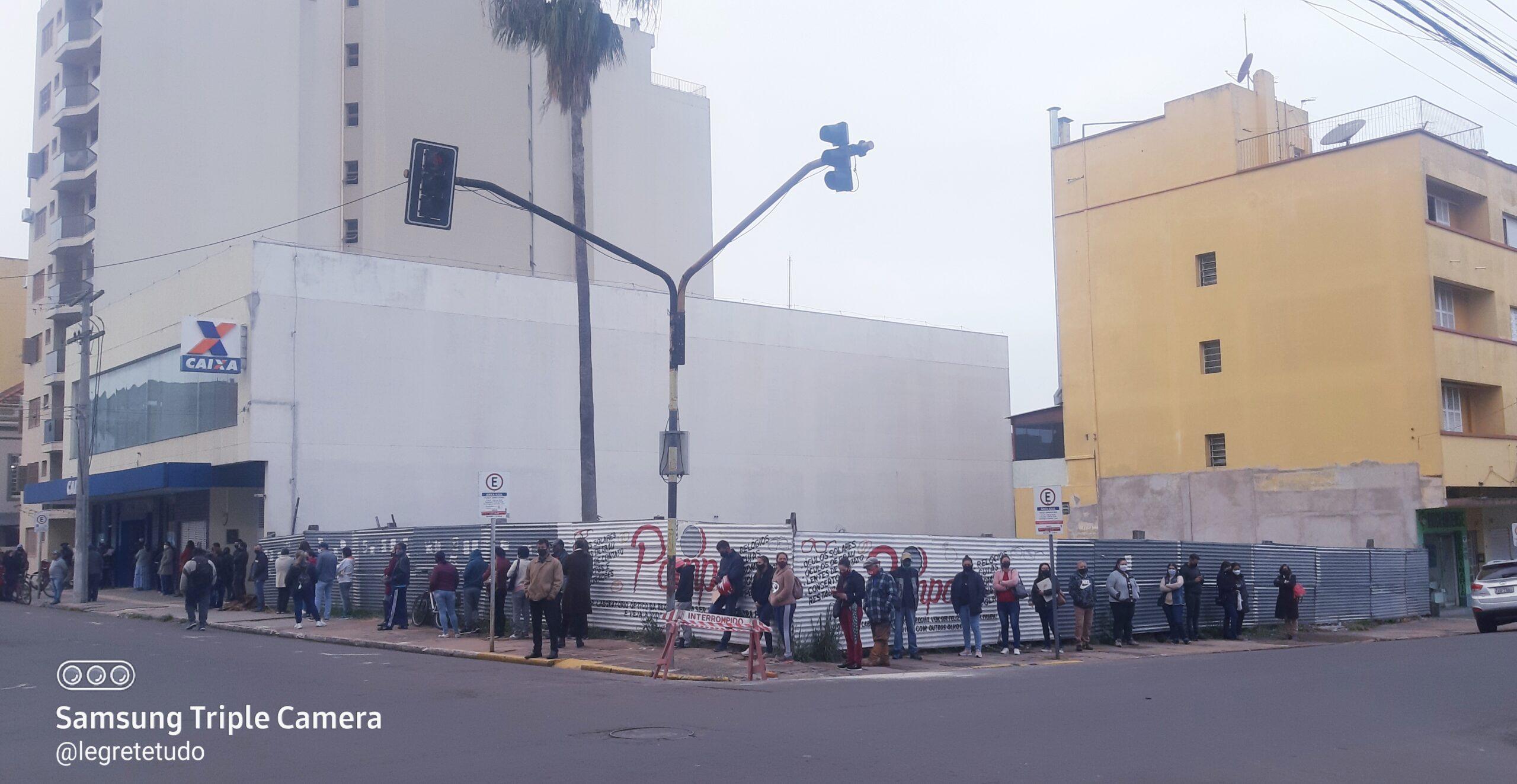 A triste rotina de quem fica horas nas filas de bancos em Alegrete