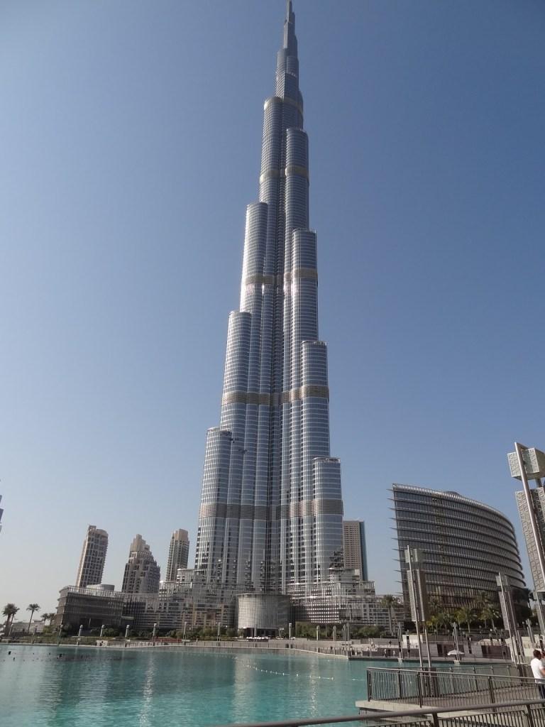 Burj Kalifa, edificio más alto del mundo, cuenta con el sistema de plantas voladas u Outrigger, y fue diseñado con la colaboración de la firma del hoy finado Dr. Khan.