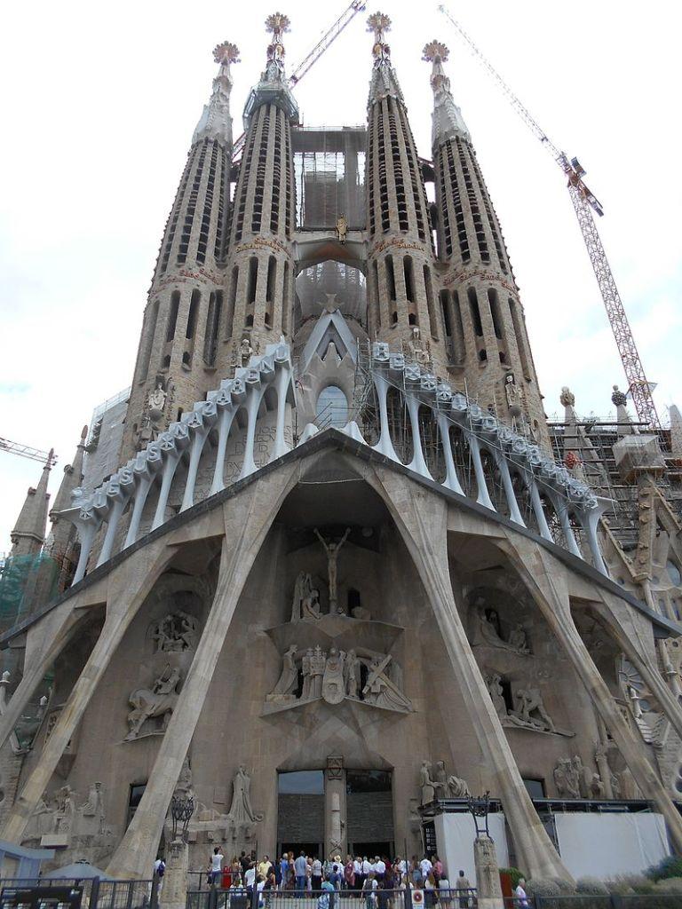 fachada de la pasión del ya icónico templo expiatorio de la sagrada familia.