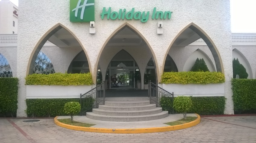 Pórtico de entrada el Hotel Holliday inn, en la ciudad de Tuxtla Gutiérrez, Chiapas.