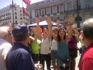 Un grupo de feministas radicales acosa a hombres provida en la Puerta del Sol