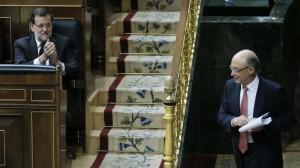 El ministro de Hacienda recibe el aplauso del presidente del Gobierno, Mariano Rajoy.