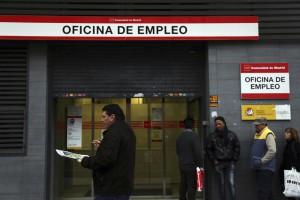 Cola del paro en una oficina española de empleo.
