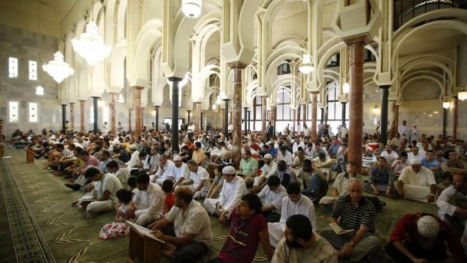 Un grupo de musulmanes reza en la Mezquita de la M-30 de Madrid