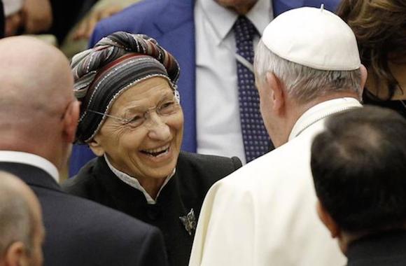 """El papa y Emma Bonino. Ella misma declara haber hecho más de 10.000 abortos sólo durante 1975. Francisco la calificó como """"una de las mayores personas de la Italia de hoy""""."""