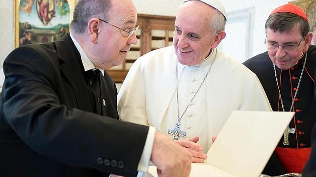 El papa recibe a un líder protestante.